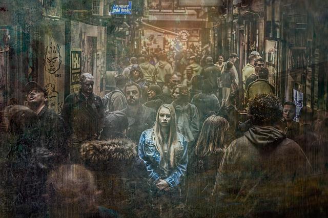 dívka v davu.jpg